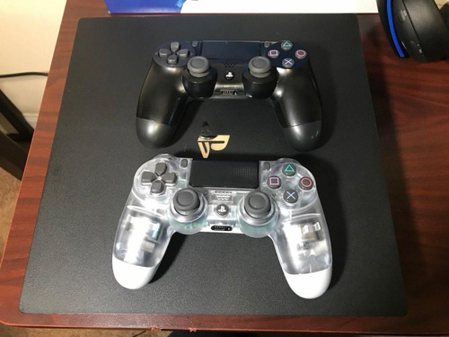 playstation 4 pro, 2 controles y audifonos