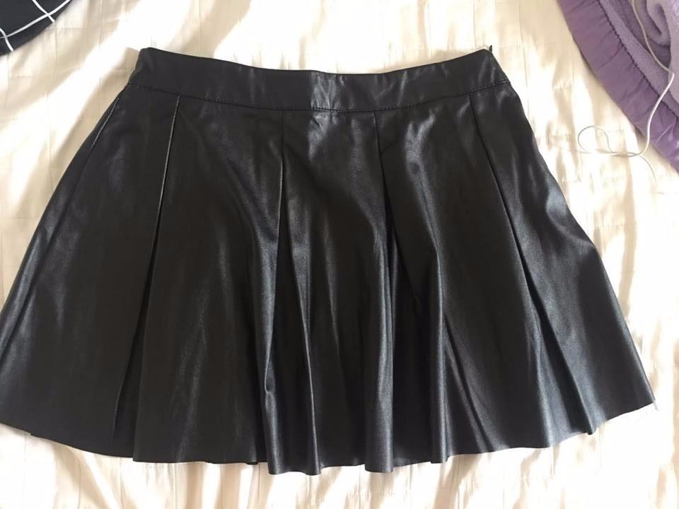 89dcb00c4 saia plissada preta couro sintético curta. 4 Fotos