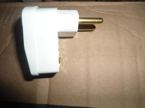 plugue 2p+t -saída lateral 90º- 20a/250v-branco fame