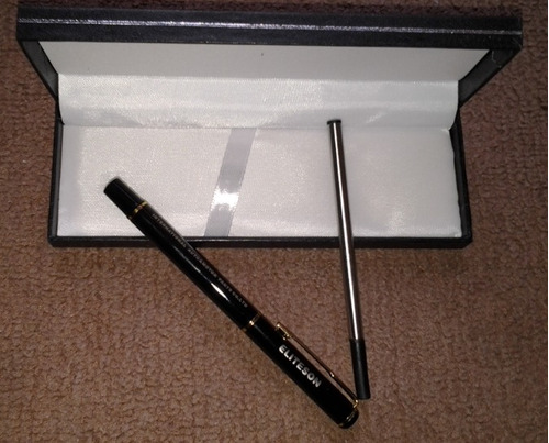 pluma de tinta negra con un recambio con caja
