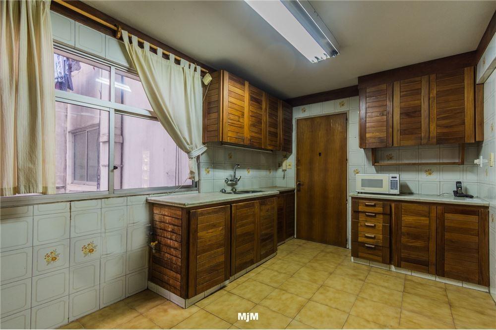 pocitos 200m rambla, tres dormitorios y garaje