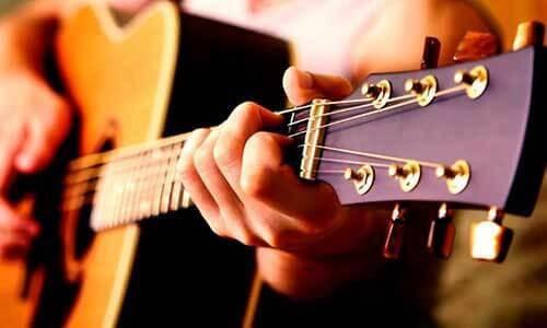 podrás seguir las clases con cualquier tipo de guitarra.
