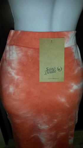 pollera larga de modal batik, con tajo al costado.