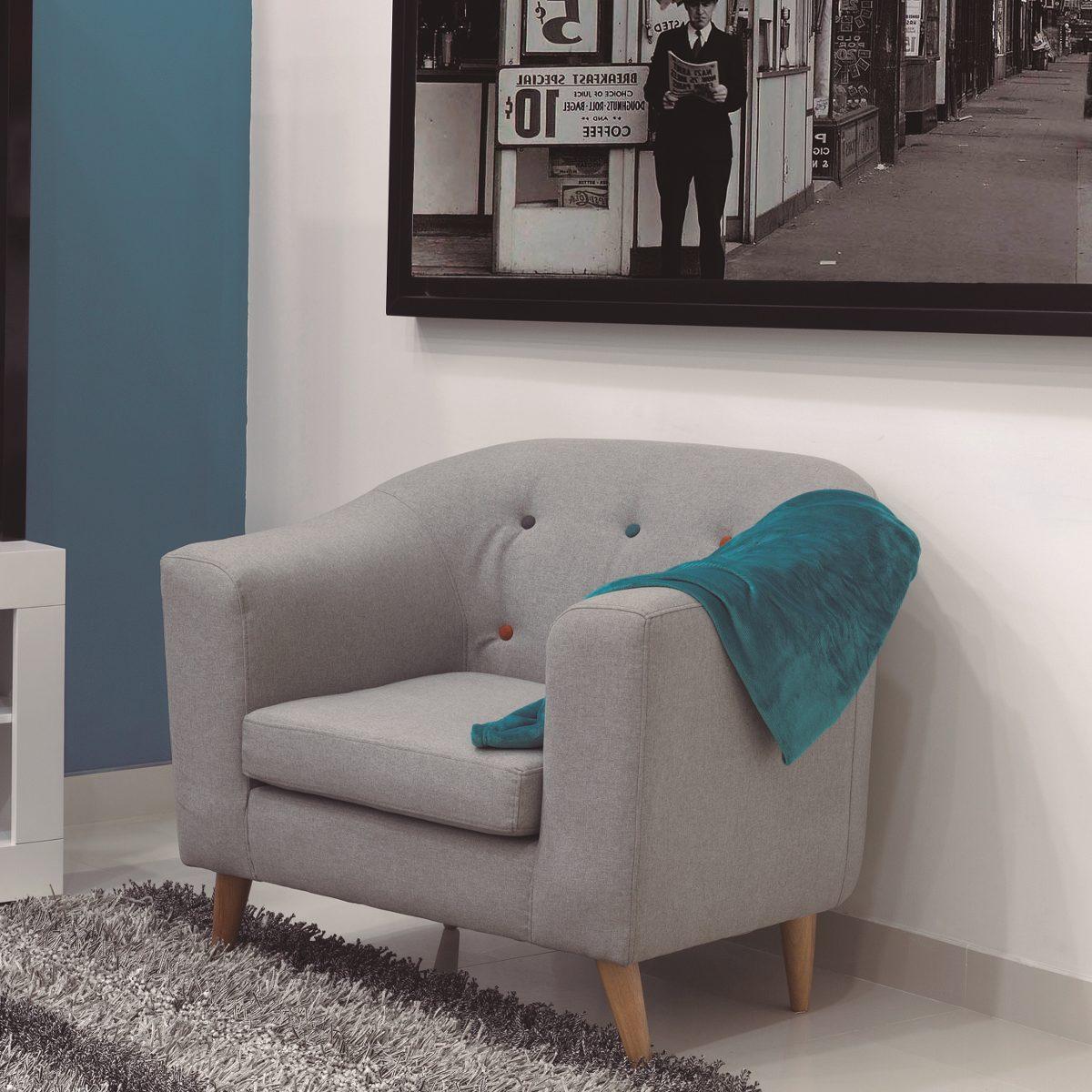 Poltrona moderna con patas en madera y botones ori n for Precio de salas modernas