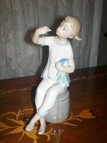 porcelana lladro. la niña en pijama original