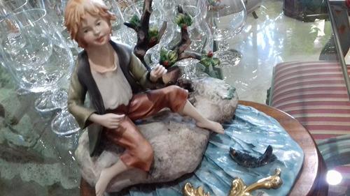 porcelana niño., capodimonte., base de madera.