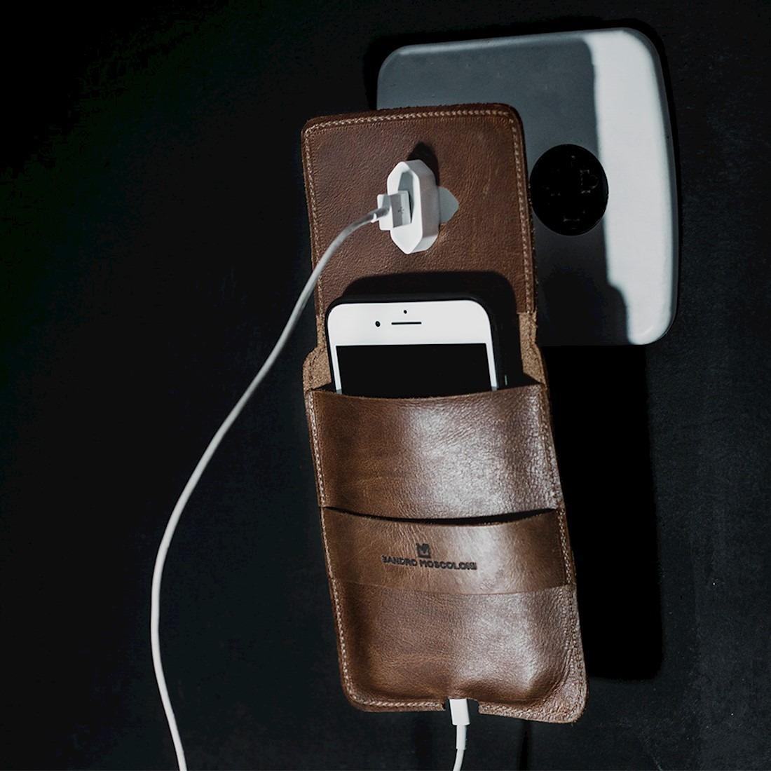 6430c4a151 porta carregador de celular sandro moscoloni itaim marrom. Carregando zoom.
