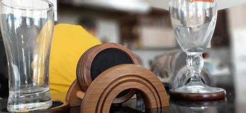 porta copos luxo em madeira com exclusivo corta gotas