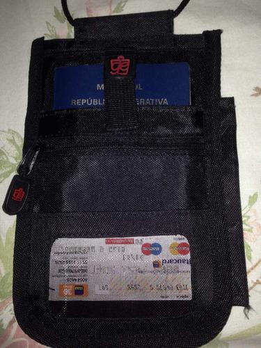 porta passaporte, dolares e catões