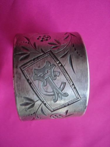 porta servilleta de metal plateada con diseño insiso inicial
