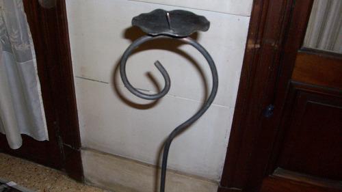 portavela de pie, de hierro, color negro.