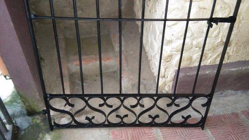 portón antiguo en hierro forjado - remachado  -  muy lindo