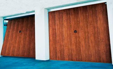 portón basculante imitación madera