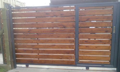 porton corredizo y batientes en madera y hierro