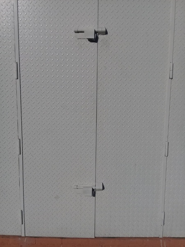 porton de hierro tipo acordion con lamina estriada