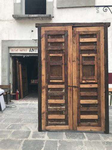 porton de madera  con ventanas clavos grandes