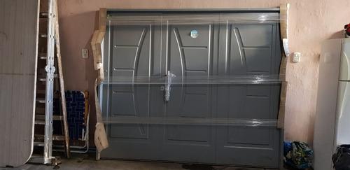 porton inyectado estampado color gris 240 x 200