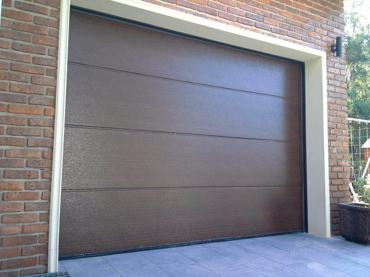 Porton seccional para garage con puerta peatonal en for Garage con soffitta