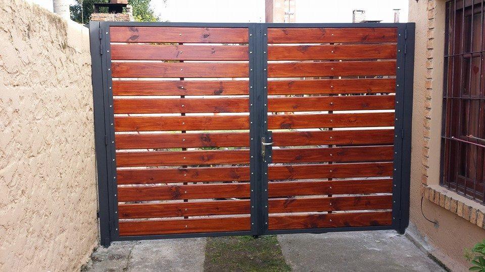 Portones corredizos en hierro y madera en for Como hacer un porton de madera economico