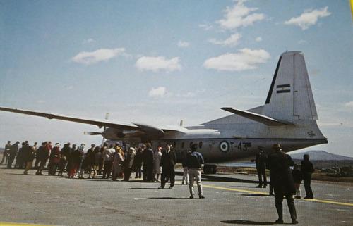 postal falkland islands avión argentino en puerto stanley
