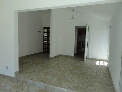 práctica casa sin  muebles, cómoda y en calle privada