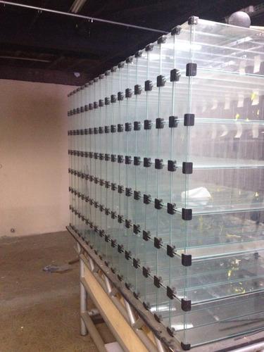prateleira de vidro estilo escaninho