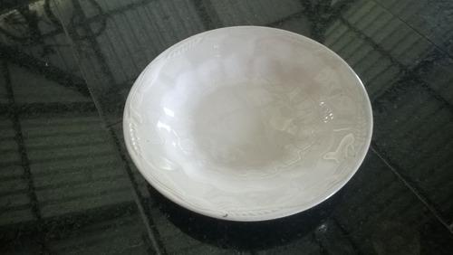prato fundo trabalhado porcelana antiga ( branca)