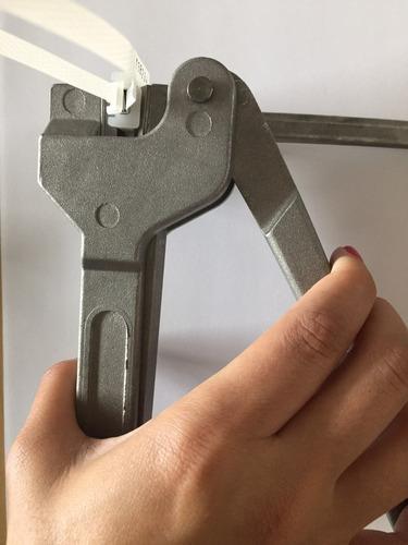 precinto plástico con inserto metálico