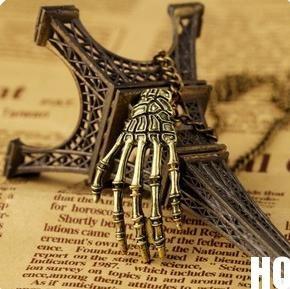 preciosa cadena con dije de mano huesuda