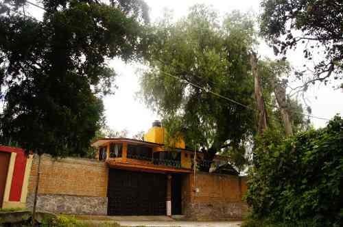 preciosa casa con jardín muy grande en zona muy tranquila