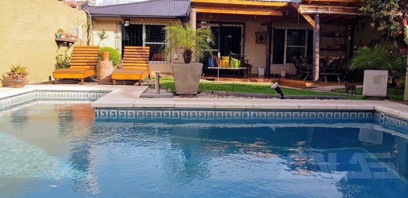preciosa casa con piscina en ituzaingó