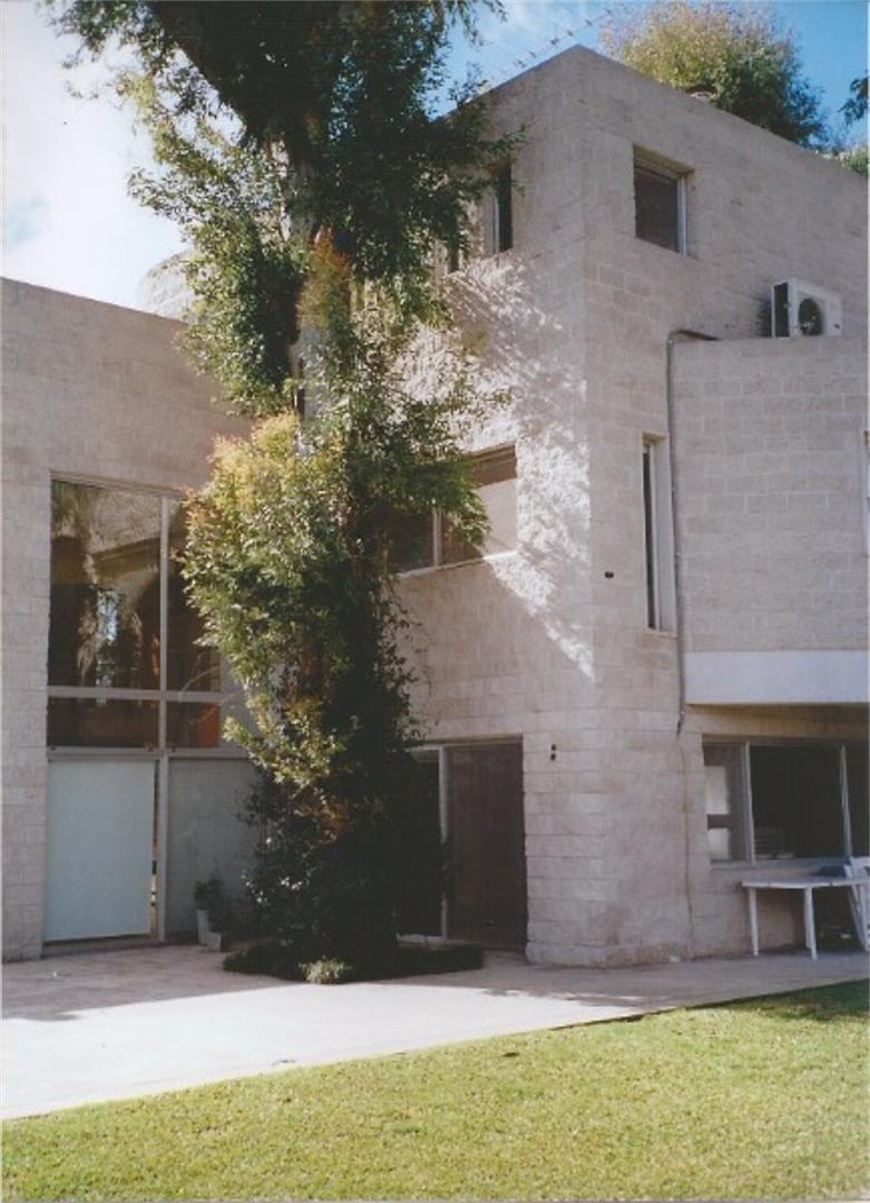 preciosa casa en barrio cerrado  casco de leloir