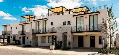 preciosa casa en juriquilla, 3 recámaras, alberca, estudio, 2.5 baños, privada.-
