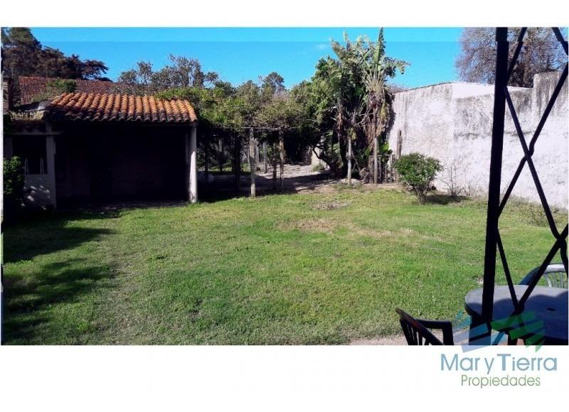 preciosa casa en zona muy tranquila, con amplio jardin y cochera.-ref:1900