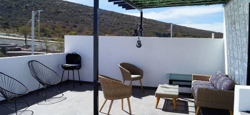 preciosa en zibatá, alberca, roof garden, 3 recamaras, todas con baño, jardín
