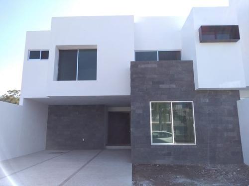 preciosa residencia en lomas de juriquilla, 4 recámaras, jardín, doble altura..