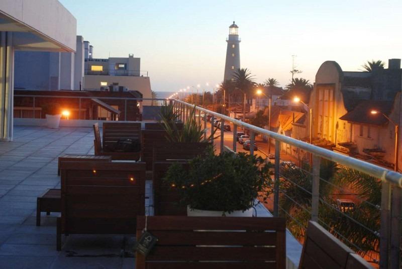 precioso apartamento a una cuadra del puerto y a dos de la playa en edificio con todos los servicios-ref:5409