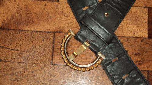 precioso cinto de cuero color negro, con hebilla dorada