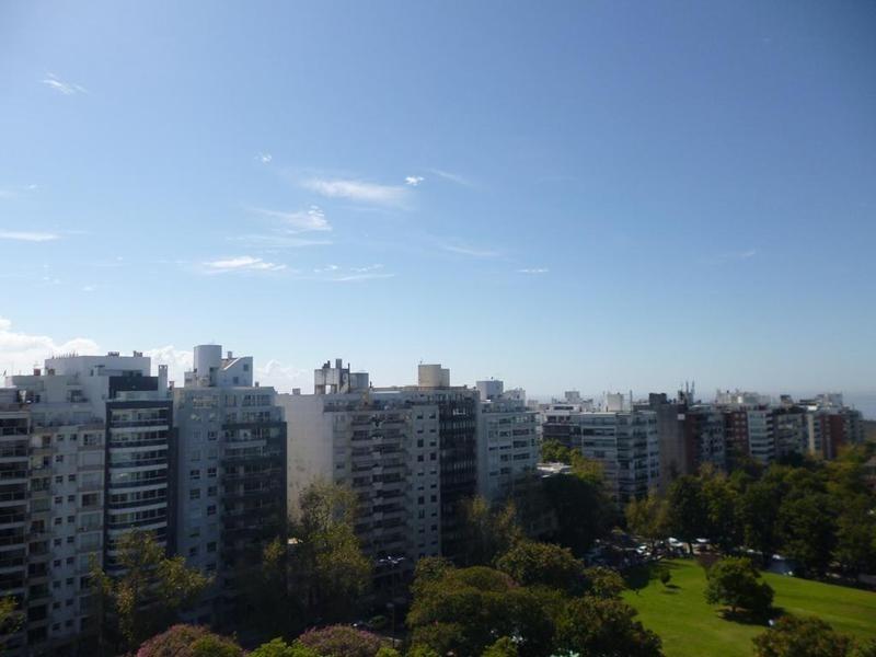 precioso penthouse con gran terraza. excelente ubicación.