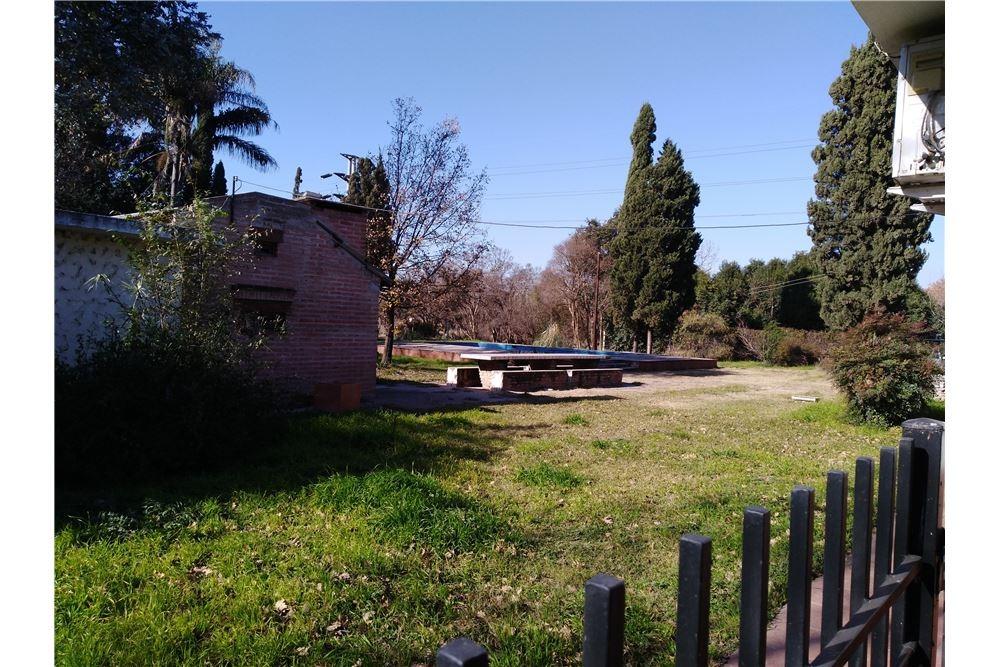 predio de terreno con casas y galpones en guiñazú