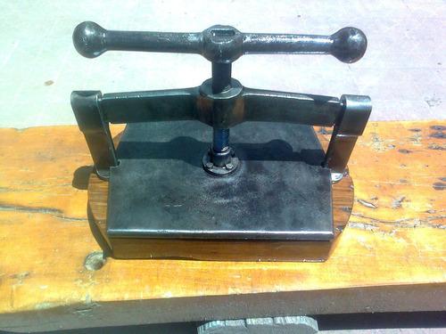prensa encuadernar de hierro recien restaurada