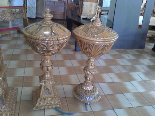 presbitério com altar, castiçais, ambão e etc.