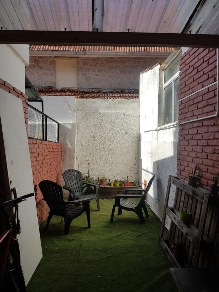 primer piso por escaleras, con patio interno
