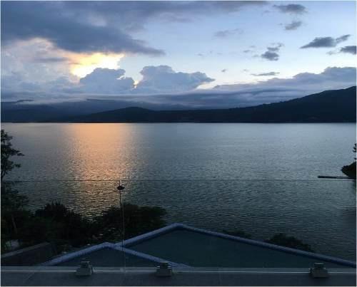 privilegiada casa con vista franca y extensa al lago.