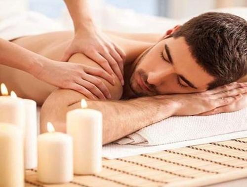 profesional de salud ofrece innovadores masajes a hoteles