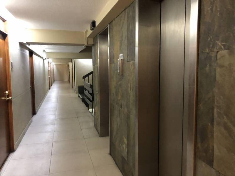 propiedad en av apoquindo a pasos del metro alcantara y esc. m.