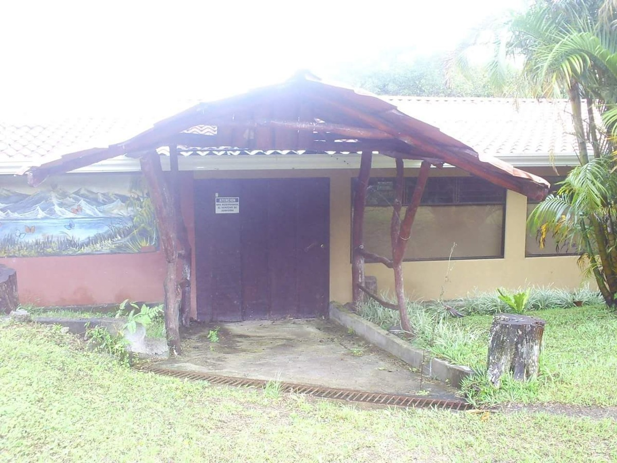 propiedad en monteverde incluye bar, restaurante, cabinas