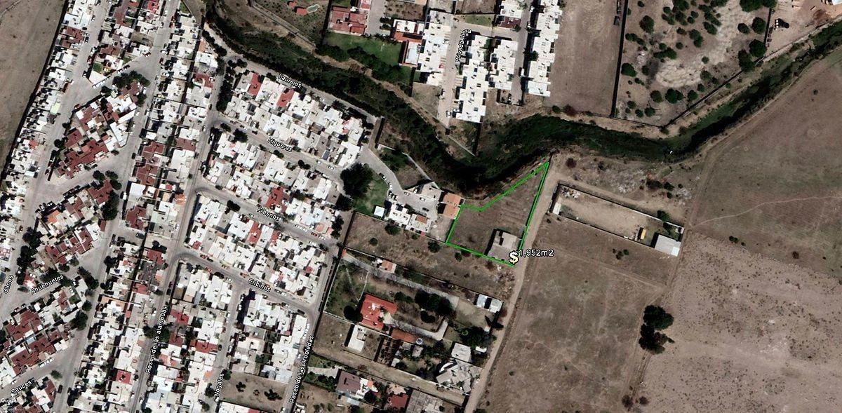 propiedad en venta a un costado de fraccionamiento alamedas con amplio terreno