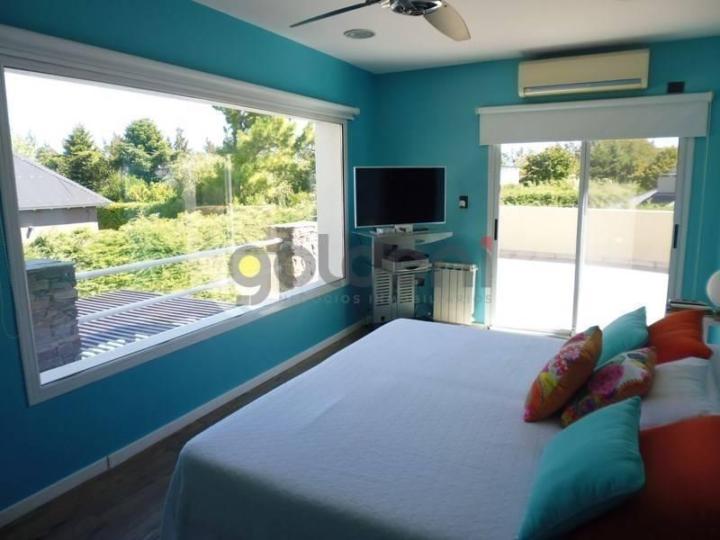 propiedad moderna y luminosa en dos plantas con piscina en venta en fincas de iraola.