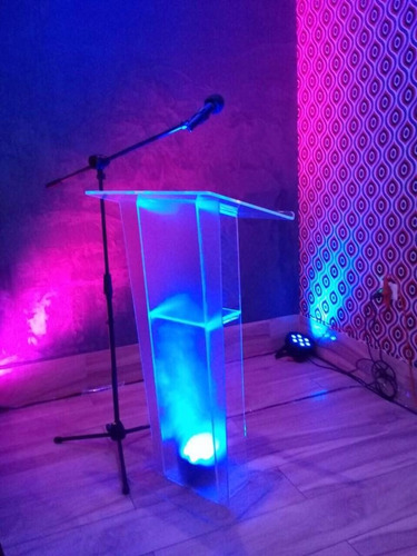 proyectores, podium, pantallas de datashow y sonido